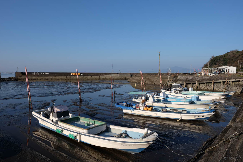 潮の引いた長浜漁港。