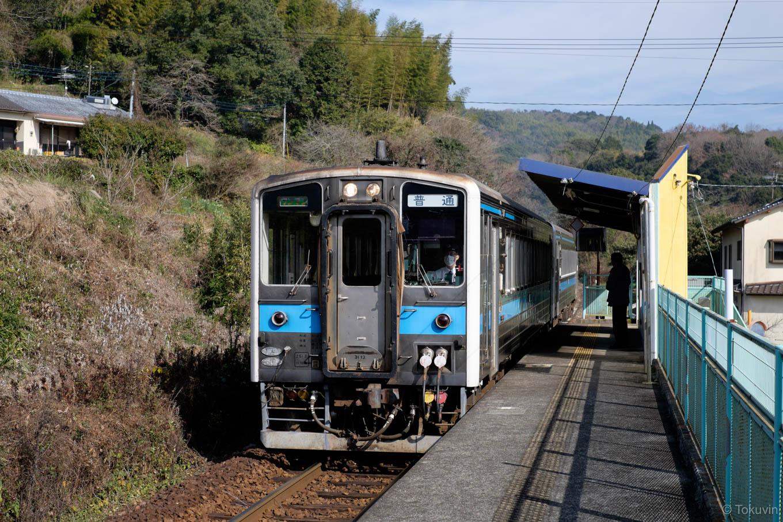 石打ダム駅に入線する、普通列車の三角行き 531D。