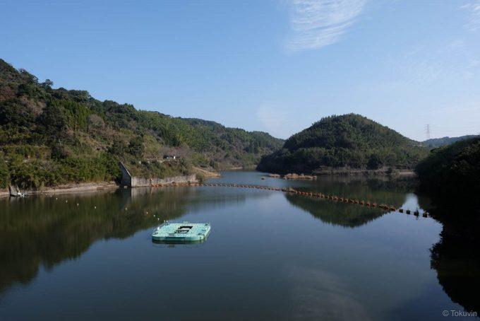 堤体上から眺める八柳湖 (X-T1 + XF16mm F1.4R)