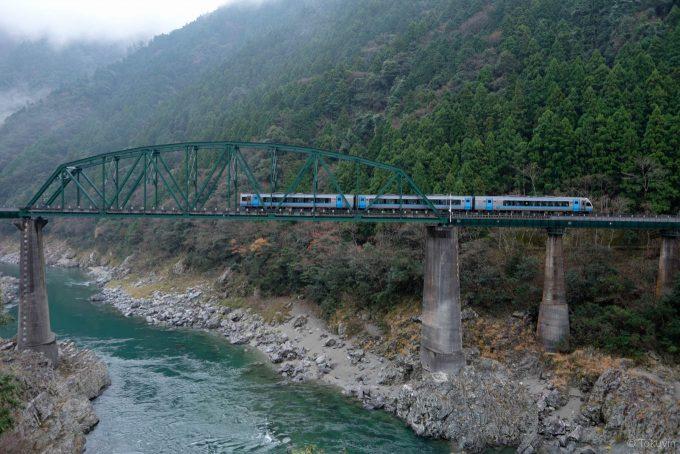 吉野川を渡る特急列車