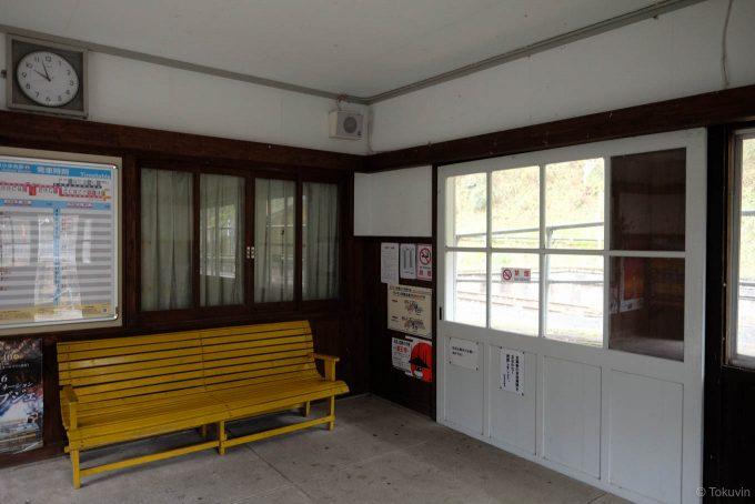 木材の目立つ待合室
