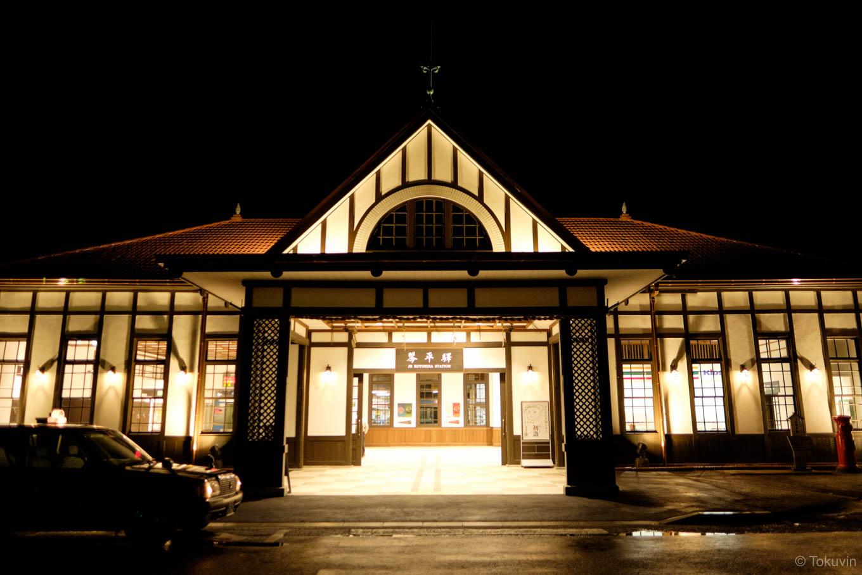 夜明け前の琴平駅舎。