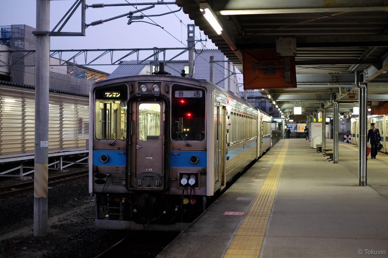 熊本駅で発車を待つ、普通列車の三角行き 523D。