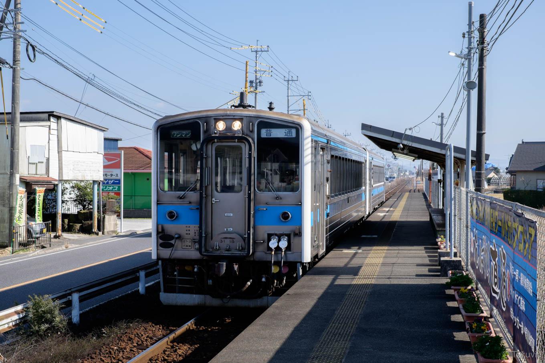 緑川駅に入線する、普通列車の三角行き 533D。