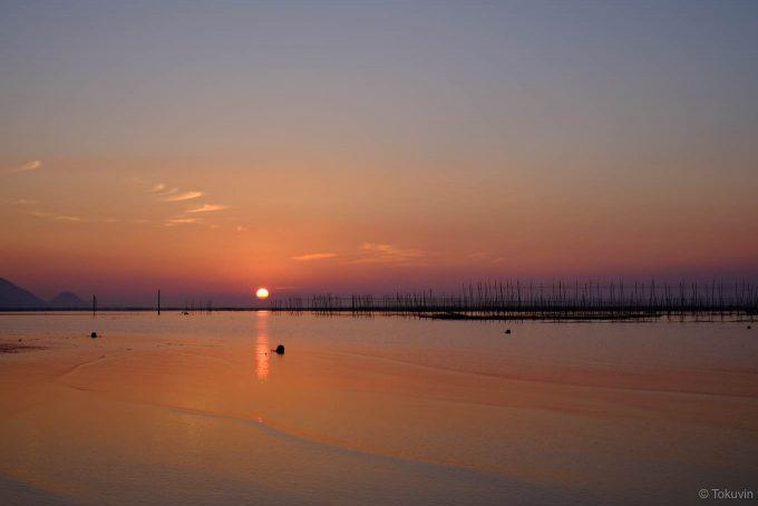 穏やかな干潟に日が沈む