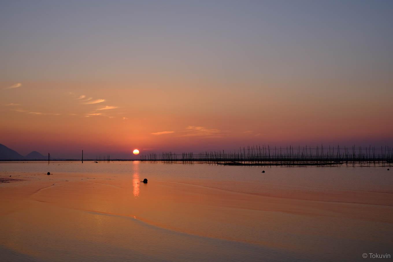 穏やかな干潟に日が沈む。