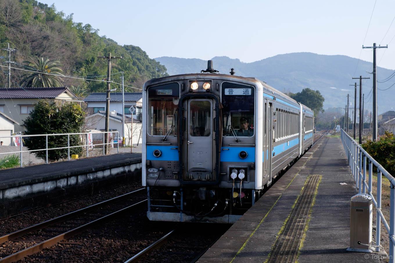 網田駅に入線する、普通列車の三角行き 527D。