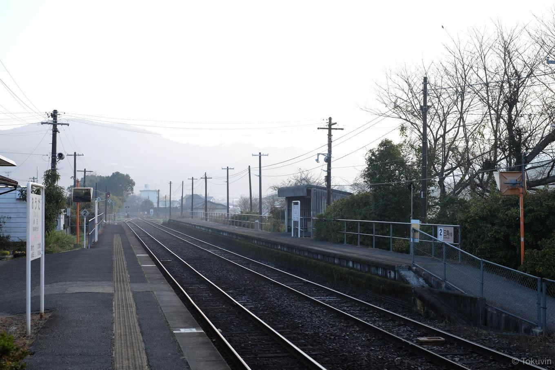 朝もやの漂う網田駅ホーム。