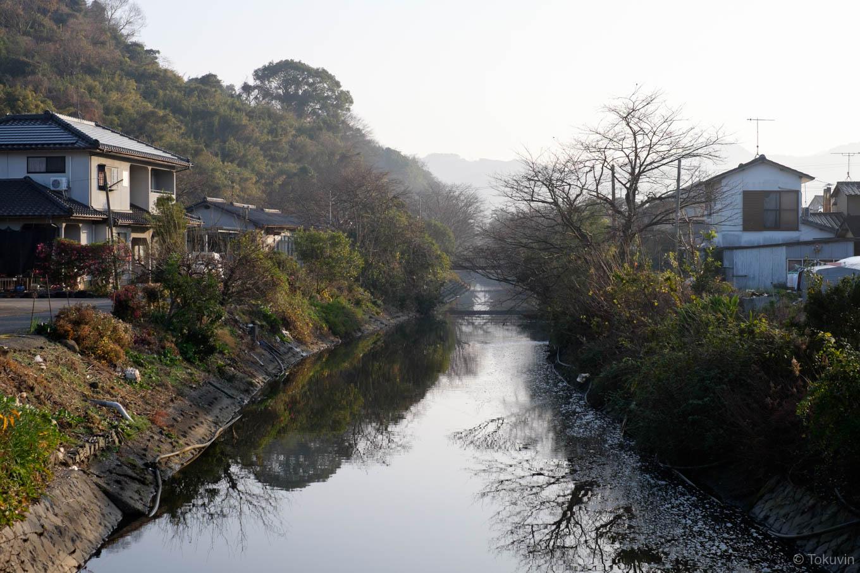 駅前を流れる網田川。
