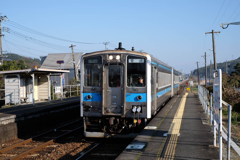 住吉駅に入線する、普通列車の三角行き 537D。