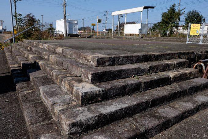 駅舎跡に残る石段