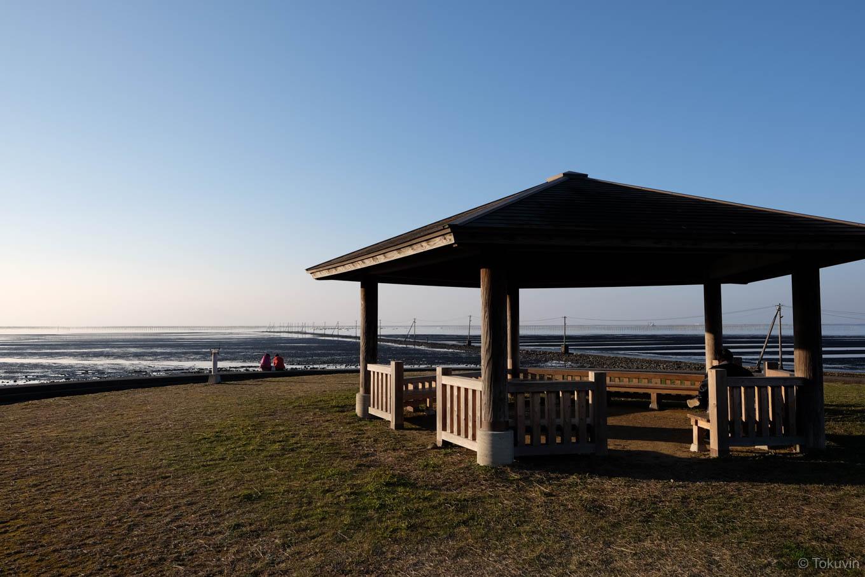 海床路を眺める休憩所。
