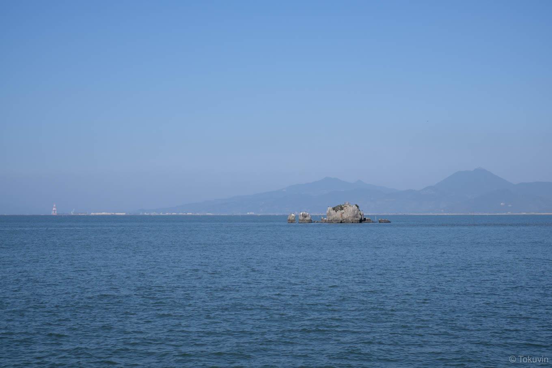沖合に浮かぶ風流島(たはれ島)。