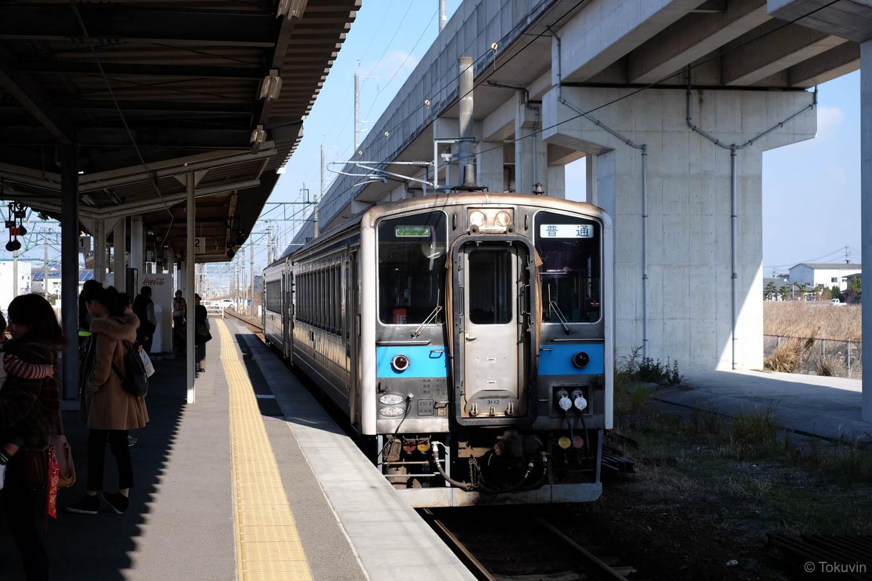 宇土駅に入線する、普通列車の三角行き 531D。