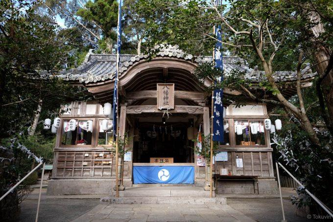 大里八幡神社の拝殿 (X-T1 + XF16mm F1.4R)