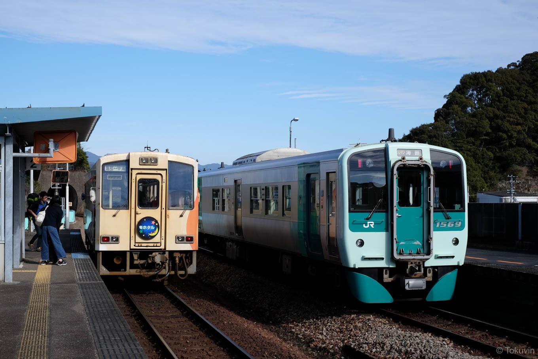 普通列車の甲浦行き 5549D と、牟岐線の列車。