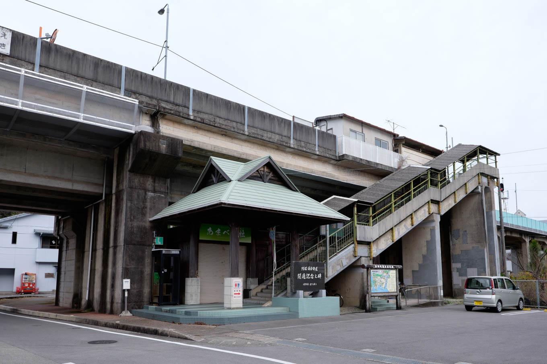 高架上にホームがある海部駅。