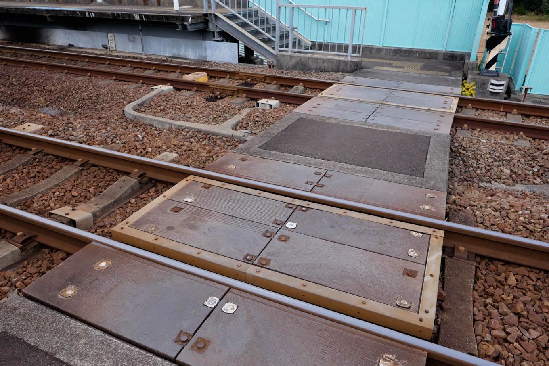 高架駅の構内踏切。