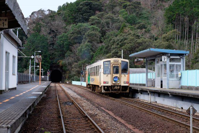 阿佐海岸鉄道の甲浦行きを見送る (X-T1 + XF35mm F1.4R)