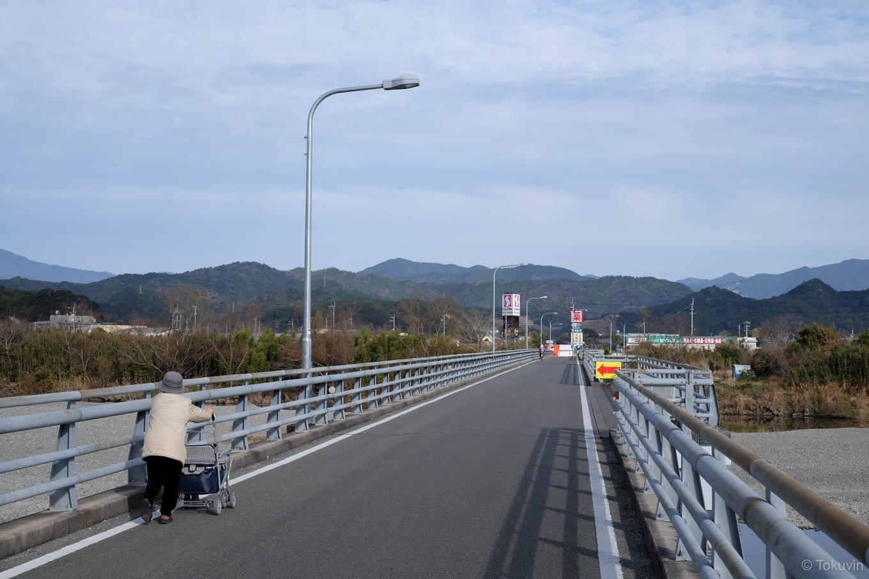 歩行者の多い海部橋。
