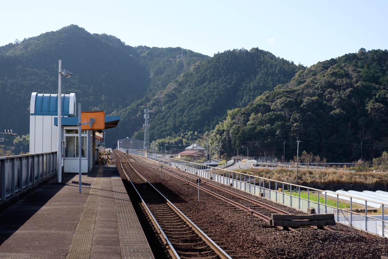 高架上の宍喰駅ホーム。
