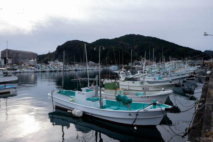 漁船の並ぶ鞆奥漁港 (X-T1 + XF16mm F1.4R)