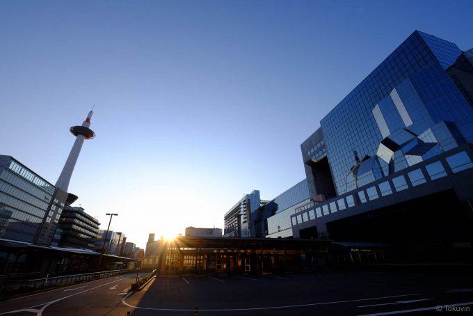 早朝の京都駅舎と京都タワー