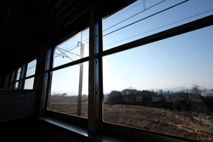 電車の窓枠と車窓
