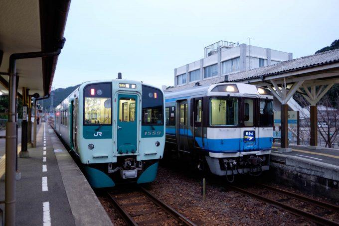 日和佐で特急列車と行き違い (X-T1 + XF16mm F1.4R)