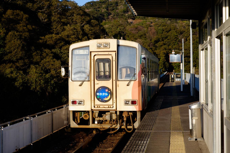 甲浦駅に入線する、普通列車の海部行き 5560D。