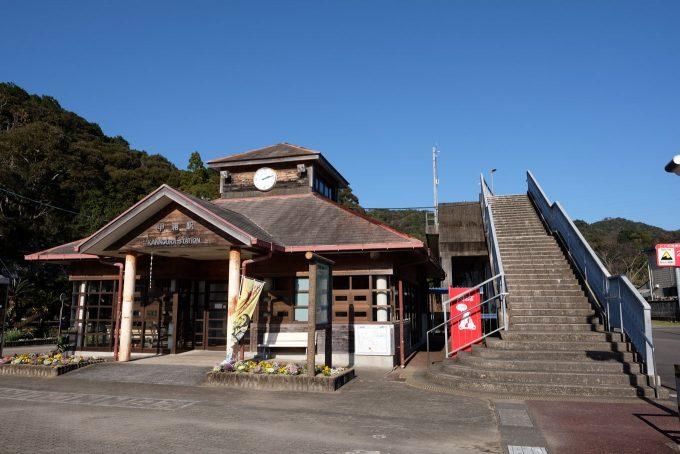 甲浦駅舎とホームへの階段 (X-T1 + XF16mm F1.4R)