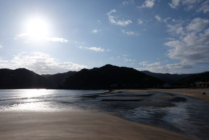 広い砂浜に波が広がる (X-T1 + XF16mm F1.4R)