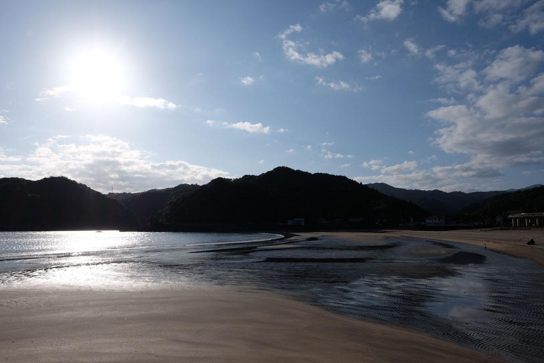 広々とした砂浜に波が広がる。