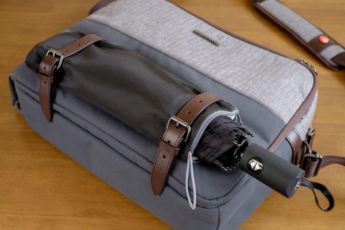外部のベルトに折りたたみ傘を装着