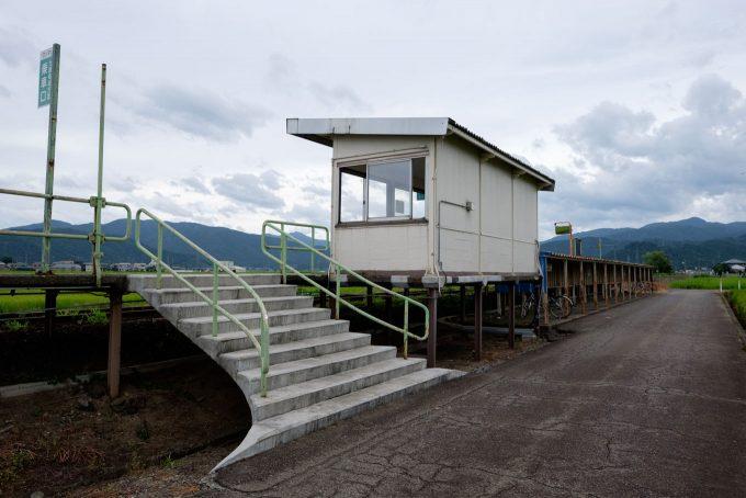 ホーム出入口と自転車置き場 (FUJIFILM X-T1 + XF16mm F1.4R)