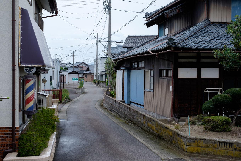 狭い道路が入り組む稲津町。
