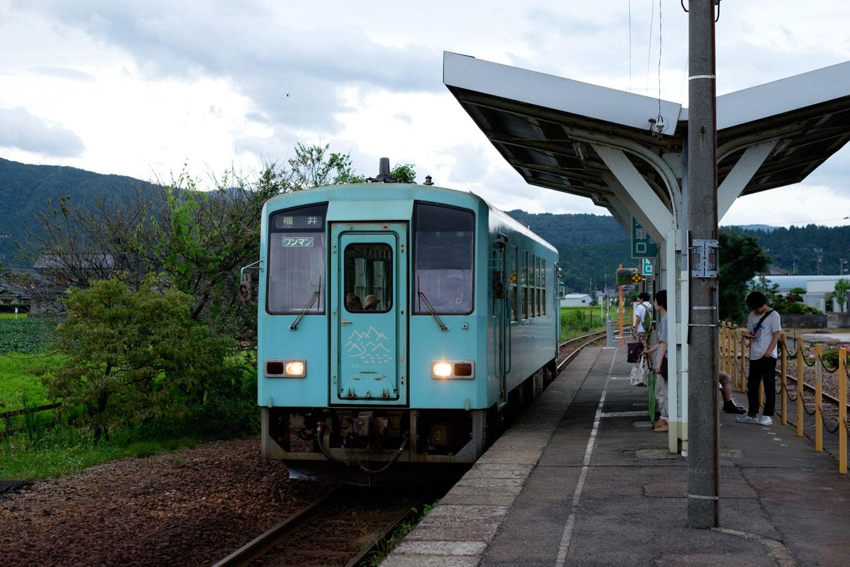 普通列車の福井行き 730D。