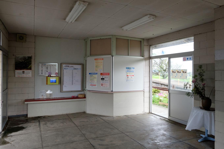 越前東郷駅の待合室。