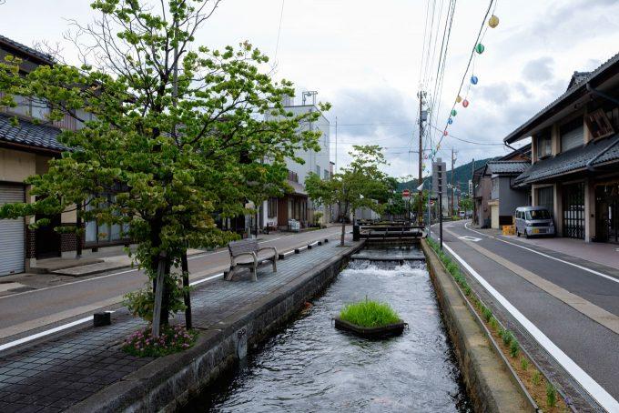 街中を流れる水路 (FUJIFILM X-T1 + XF16mm F1.4R)