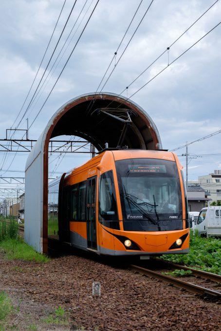 花堂駅を出発した福井鉄道の電車 (FUJIFILM X-T1 + XF35mm F1.4R)