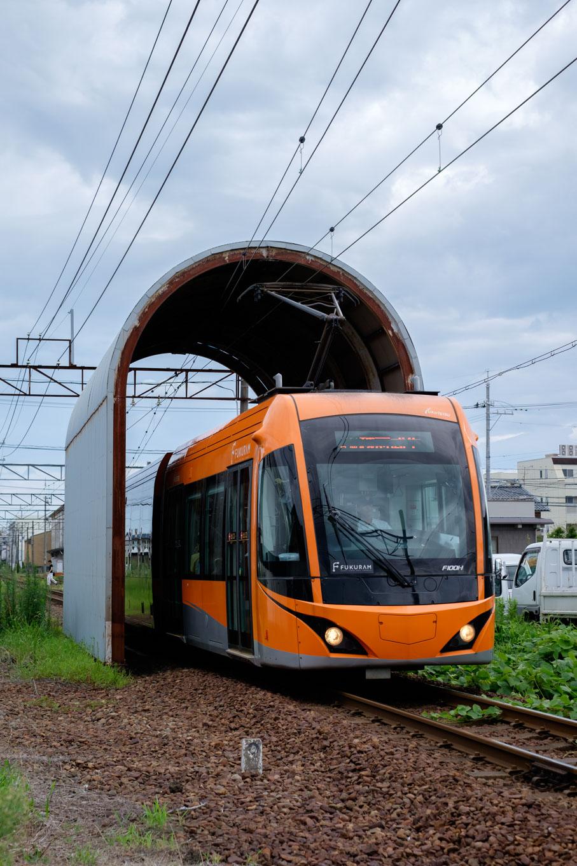 花堂駅を出発した福井鉄道の電車。