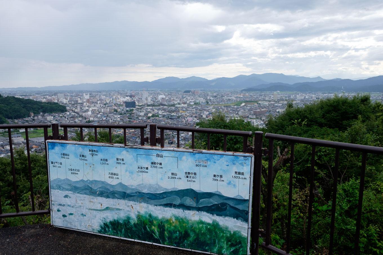 展望台からは福井市街から白山まで一望できる。