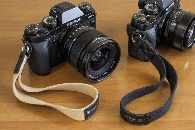 ハンドストラップを装着した2台のカメラ