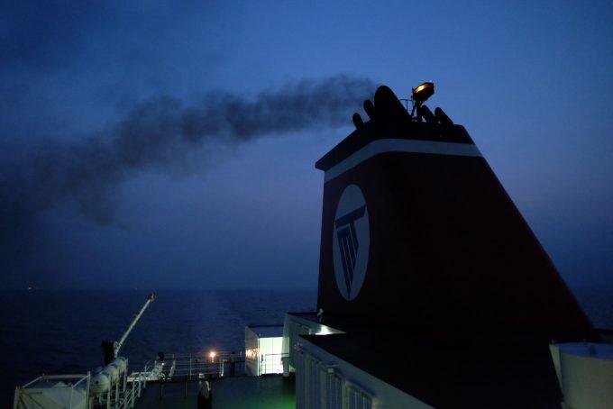 早朝のデッキはまだ暗かった (FUJIFILM X-T1 + XF16mm F1.4R)
