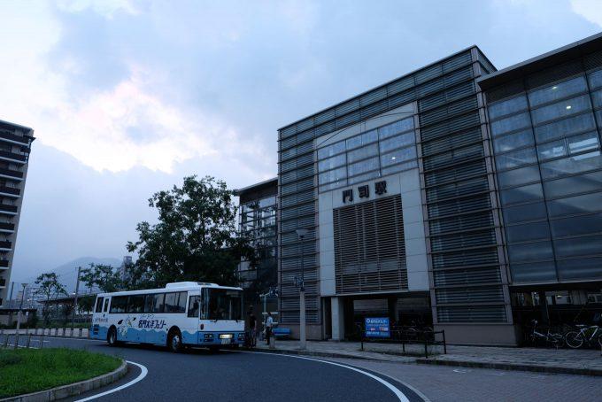 門司駅前に到着した連絡バス (FUJIFILM X-T1 + XF16mm F1.4R)