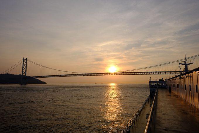 明石海峡大橋の下をくぐる (FUJIFILM X-T1 + XF16mm F1.4R)