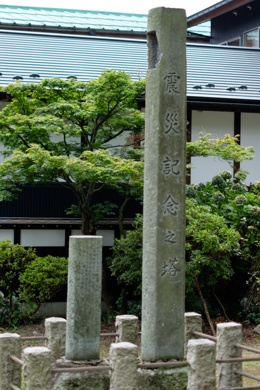 鳥居で作成された震災記念之塔。