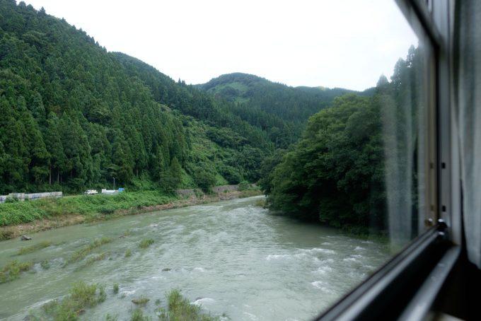 一乗谷付近で増水した足羽川を渡る (FUJIFILM X-T1 + XF16mm F1.4R)
