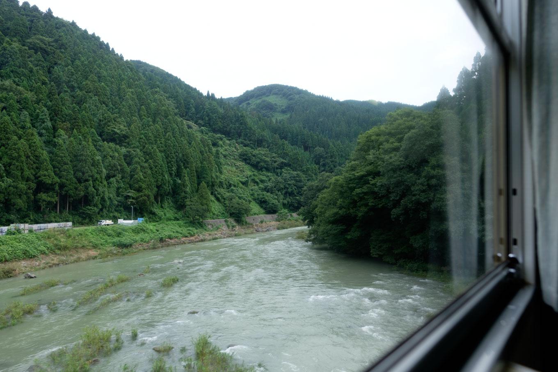 一乗谷付近で増水した足羽川を渡る。
