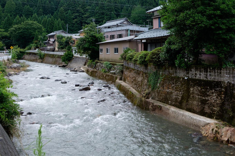 芦見川が中央を通る獺ケ口町。